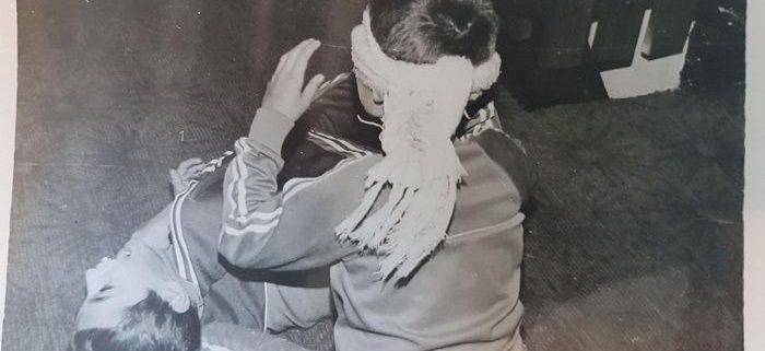puya copil in poza alb negru